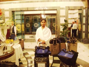 Di pintu masuk Hotel Dar At-Tawhid