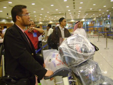 Semasa menunggu giliran untuk check-in.. Shahril posing habis..