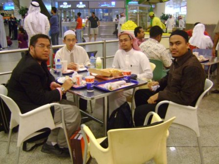 Dari kiri gambar : Shahril, Syamsul , Abdussalam dan Qamar(aku la tu) . Adapun abang Sufillah, dia on the way, agak terlambat atas urusan tertentu.