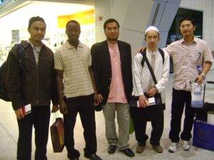 Kalau nak tahu siapa abg Sufillah, tu yang pakai baju pinkie-pink , kanan sekali.